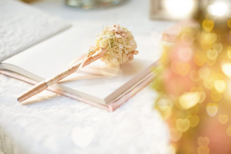 Wedding guest book ideas: a traditional guest book and pen