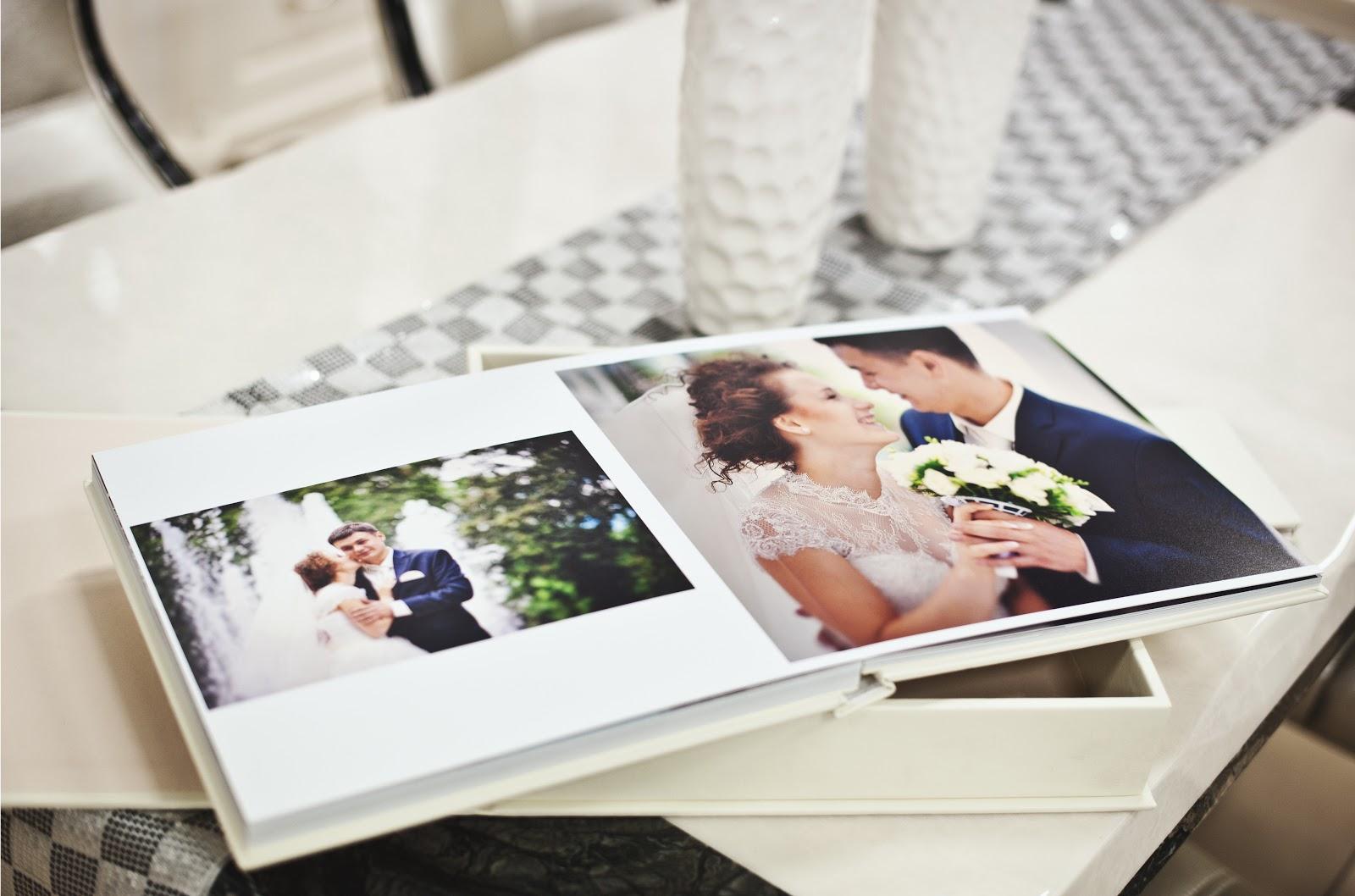 Wedding guest book ideas: Wedding photos in a coffee table book